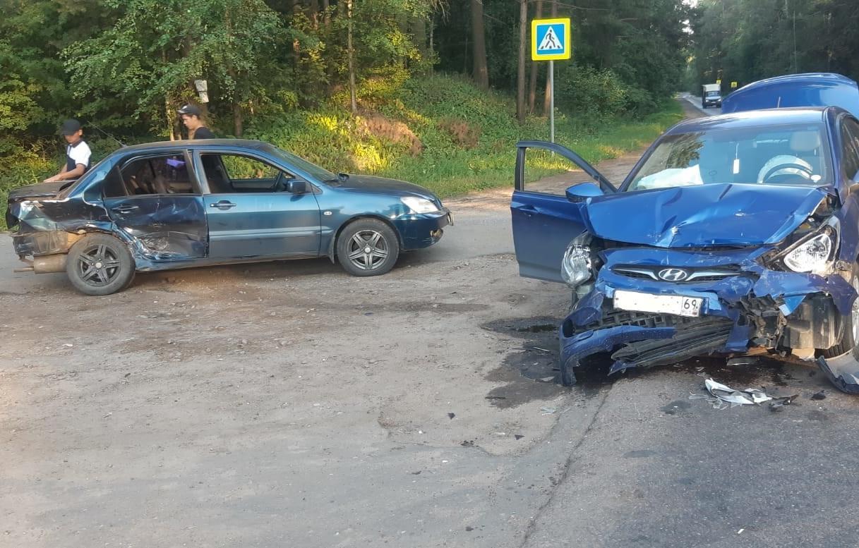 Два автомобиля столкнулись на дороге под Тверью, есть пострадавший - новости Афанасий