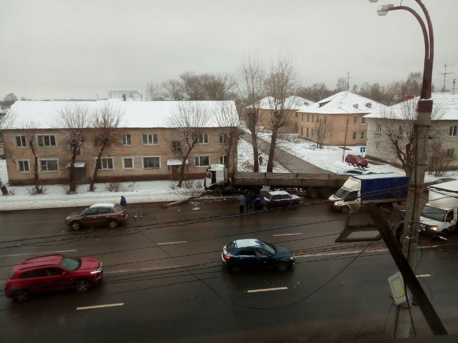 В Твери грузовик после столкновения с легковушкой снес бетонный столб - новости Афанасий