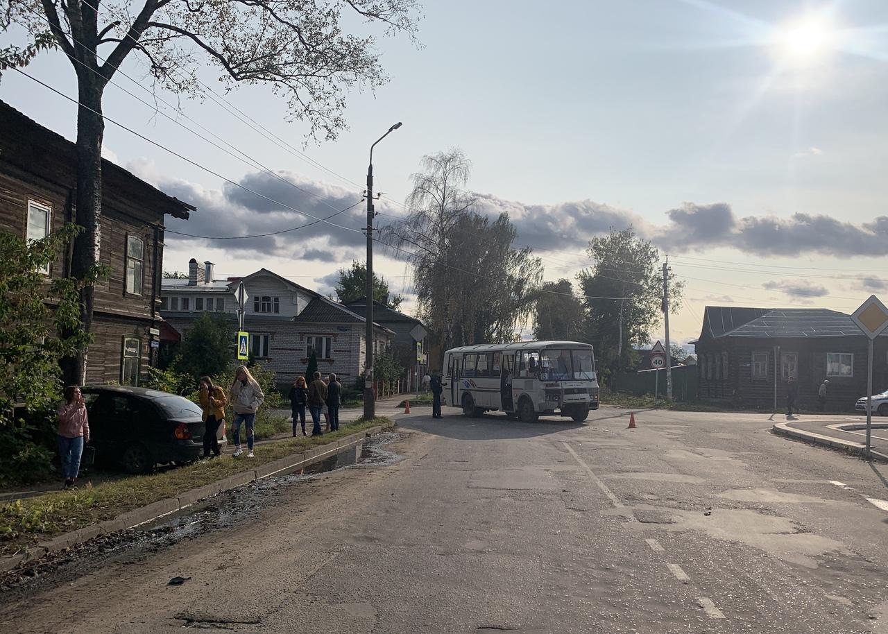 В Тверской области иномарка столкнулась с автобусом и врезалась в дом - новости Афанасий