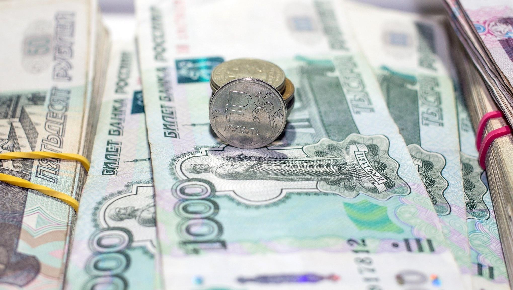 Россияне считают зарплаты чиновников, топ-менеджеров и риелторов слишком высокими