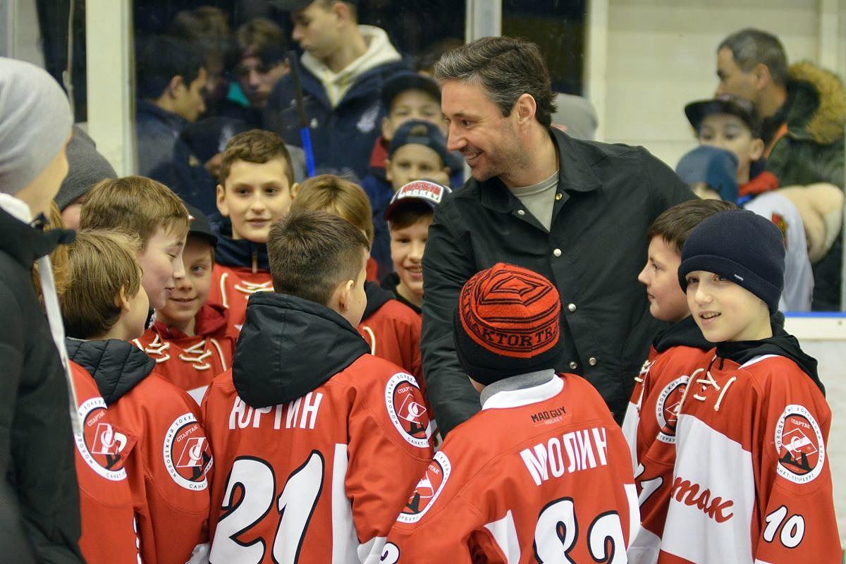 Илья Ковальчук приехал в Тверь, чтобы вручить подарки участникам хоккейного турнира