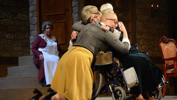 В Твери премьерные показы нового спектакля «Восемь любящих женщин» прошли при полных аншлагах / фото