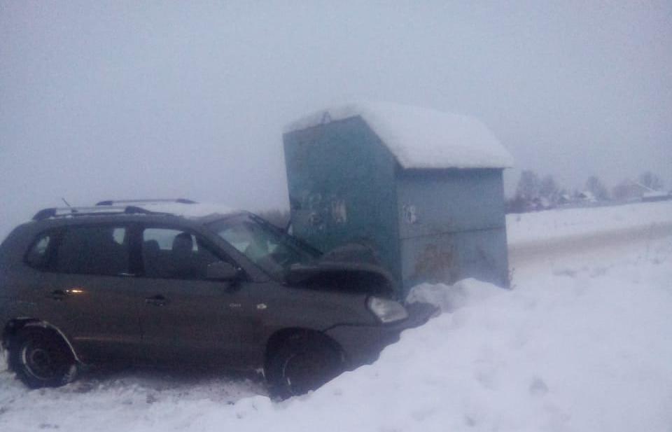Под Тверью Hyundai после столкновения с Chevrolet врезался в остановку - новости Афанасий
