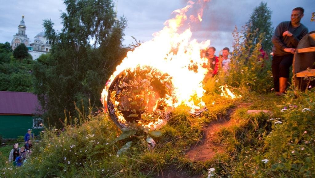 В Тверской области День Ивана Купалы отметили катанием огненных колес и сражением с нечистой силой