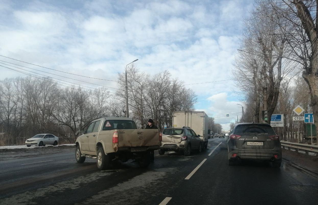 В Твери три столкнувшиеся машины собрали пробку на Московском шоссе - новости Афанасий
