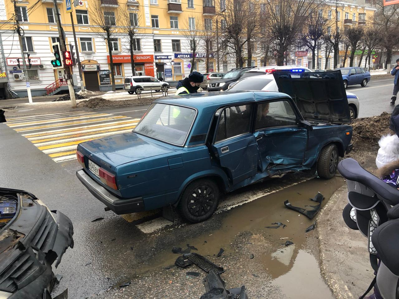 В столкновении двух машин в центре Твери пострадал пятилетний ребенок - новости Афанасий