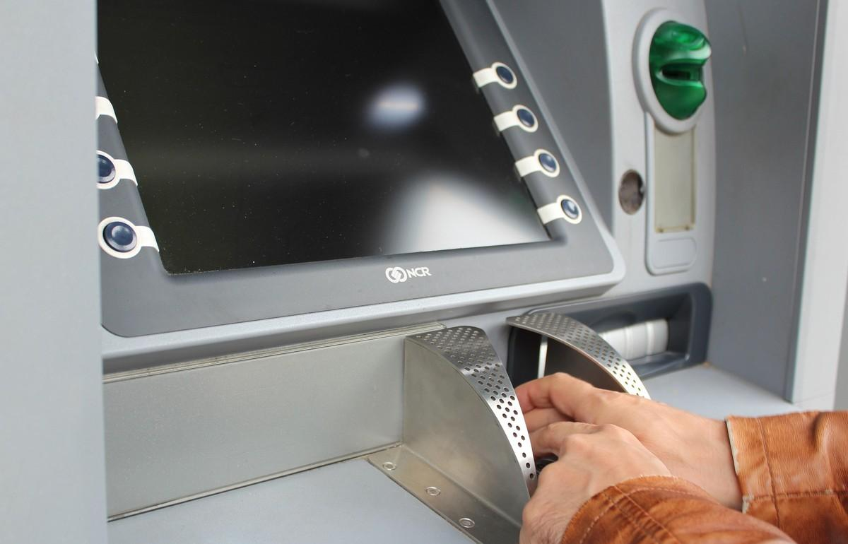 В Твери сотрудники банка и полицейские помешали мошенникам получить миллион рублей - новости Афанасий