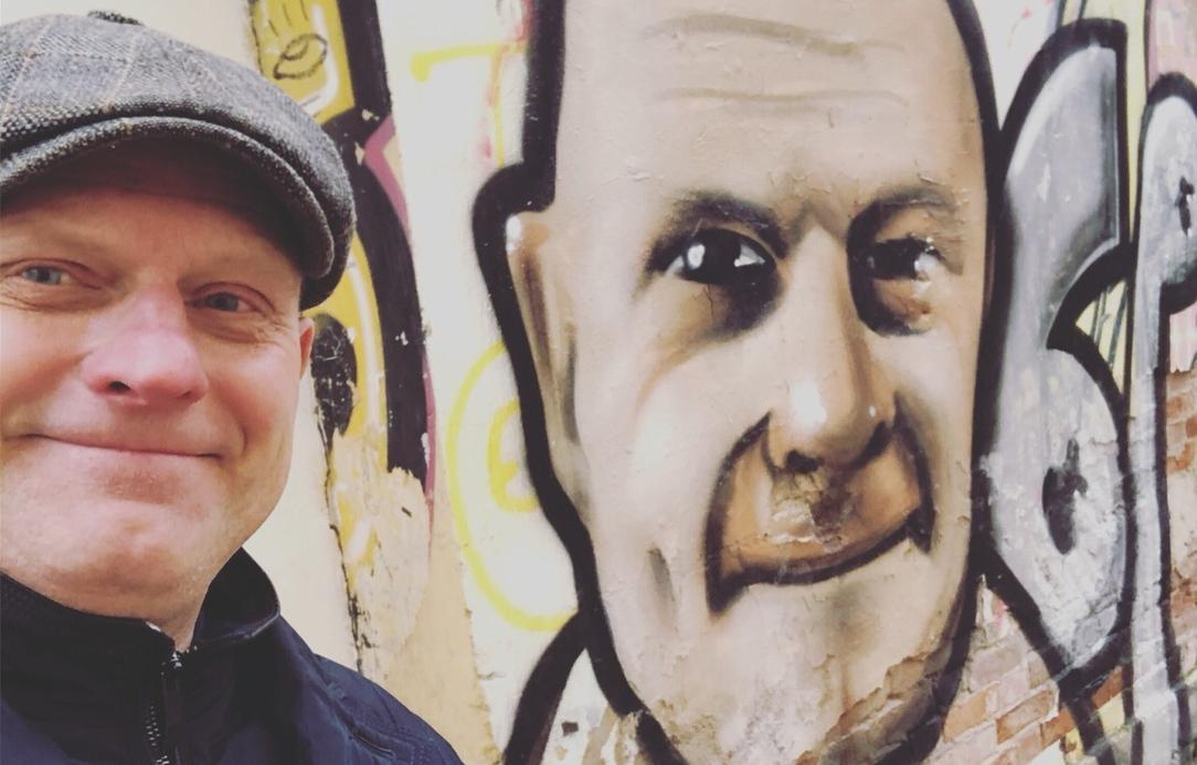 Житель Твери каждый день фотографировался с разными граффити. А потом увидел на стене свой портрет - новости Афанасий