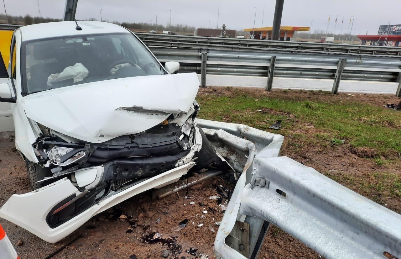 В Тверской области на М11 водитель «Гранты» протаранил металлический отбойник, пострадали два человека - новости Афанасий