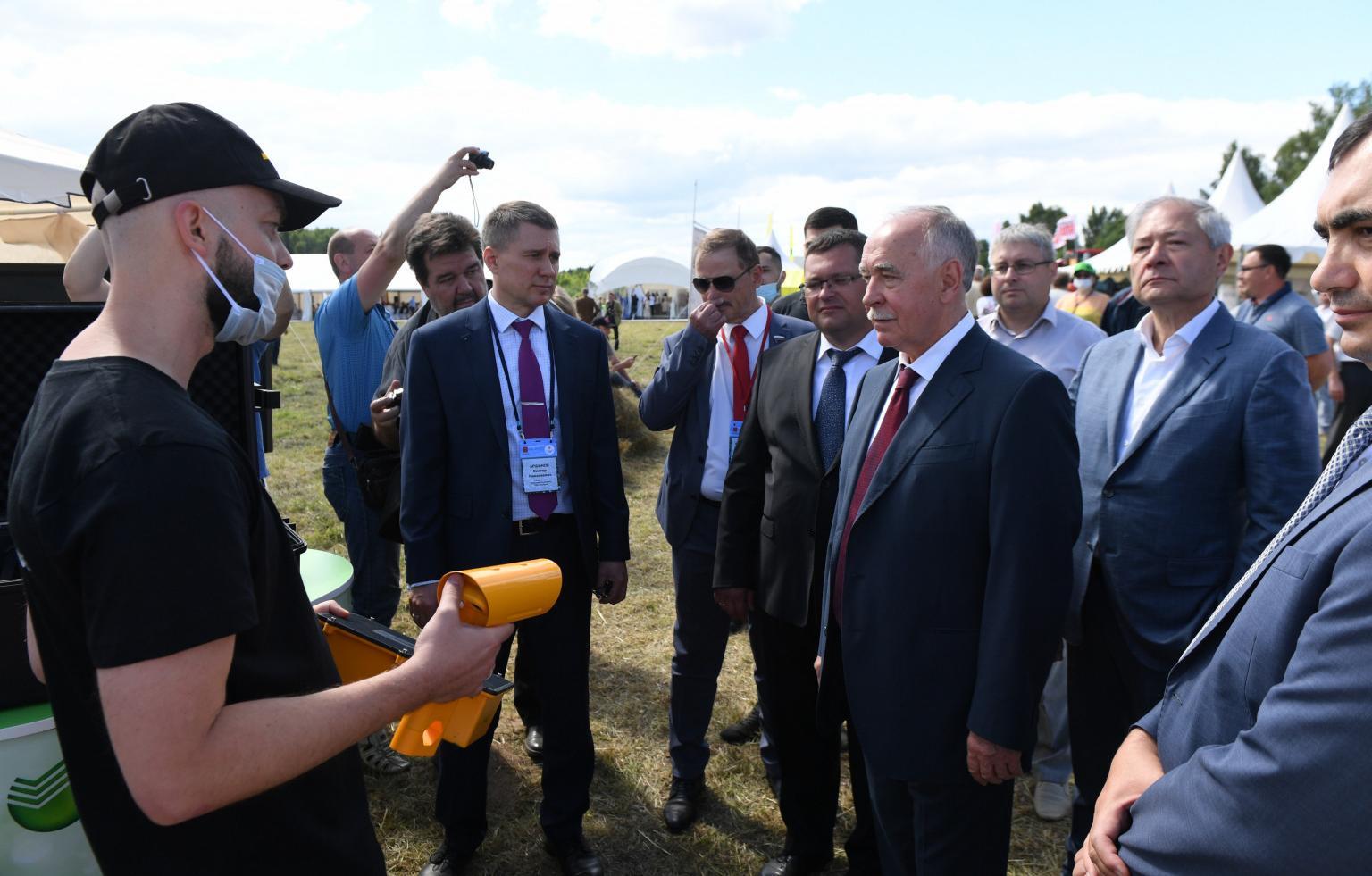 В Тверской области на Дне льняного поля впервые представили технологии беспилотного вождения для сельского хозяйства - новости Афанасий
