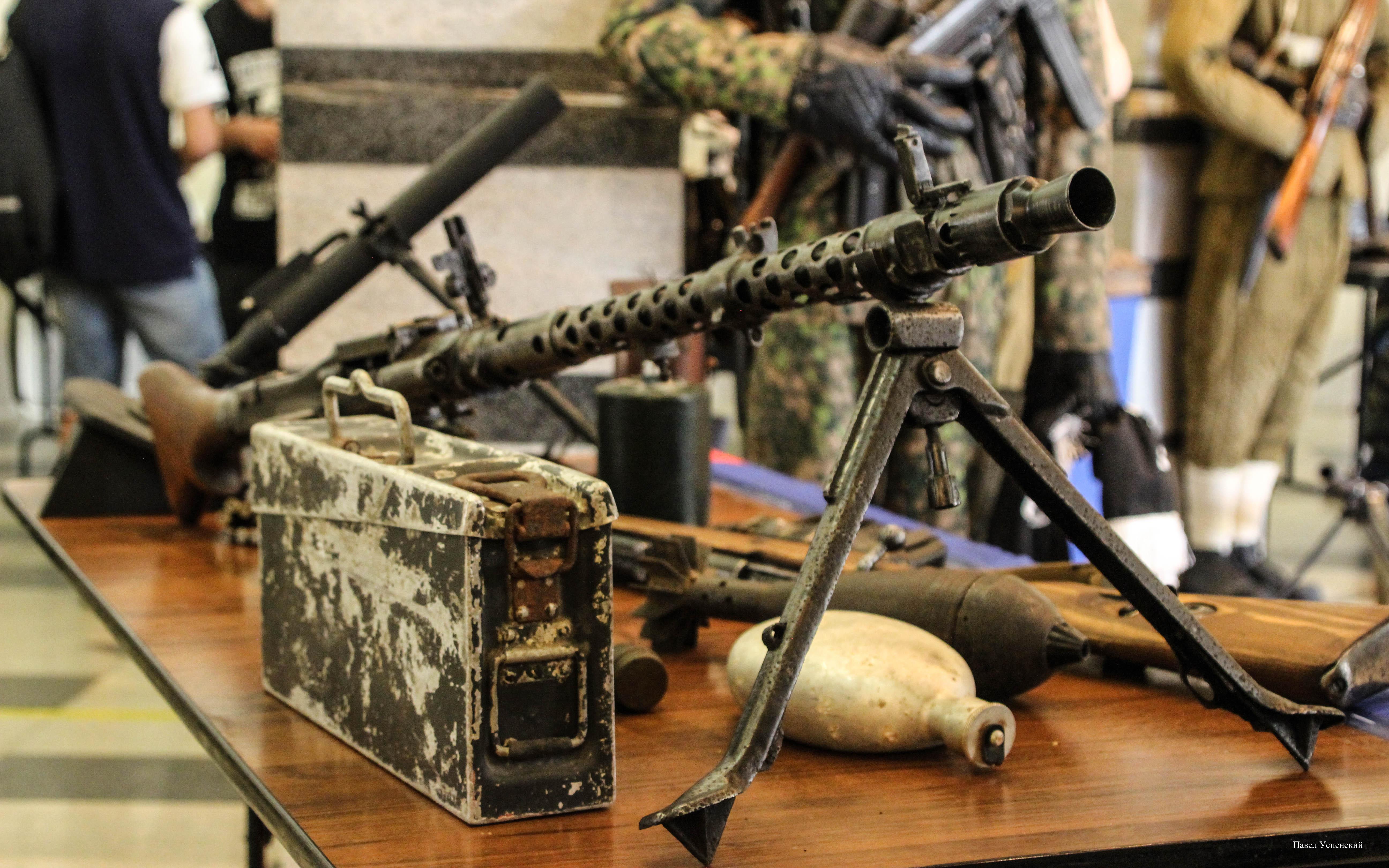 Жителям Твери показали предметы времен войны, найденные поисковиками на полях сражений