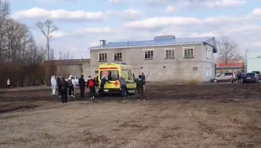 «Скорая» с оборудованием для транспортировки пациента на вертолете застряла в грязи в Вышнем Волочке Тверской области - новости Афанасий