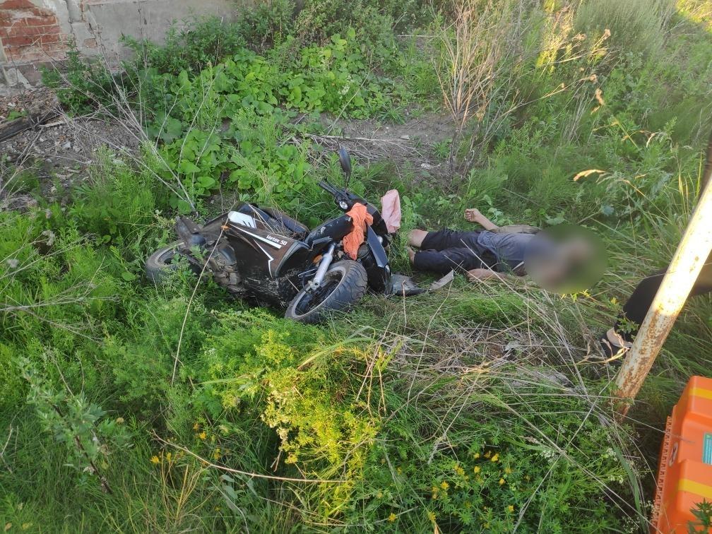 В Тверской области водитель мопеда получил смертельные травмы, врезавшись в дорожный знак - новости Афанасий