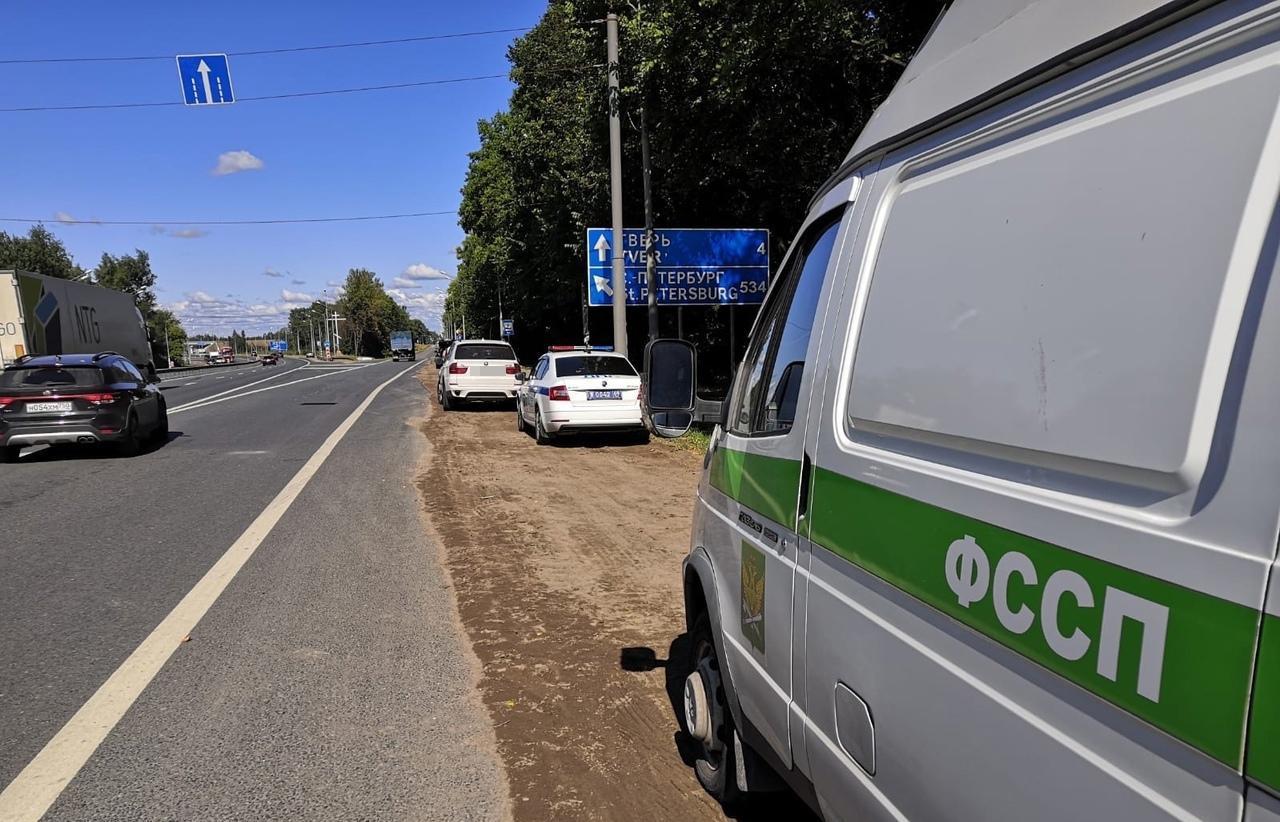 Десять автомобилей общей стоимостью 3 млн рублей арестовали приставы в Твери