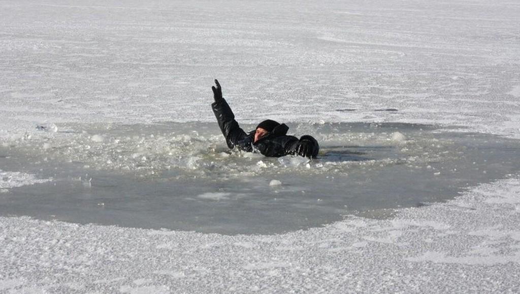 Двое жителей Тверской области выловили рыбака из воды с помощью своих брюк - новости Афанасий