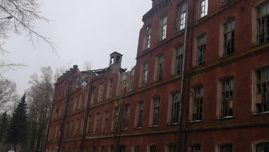 В Вышнем Волочке из-за разрушающегося здания фабрики ограничили движение по улице - новости Афанасий