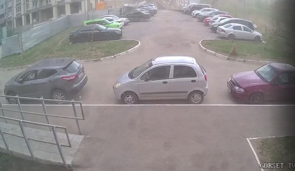 В Твери у ЖК «Иллидиум» ветер снес забор и повалил его на автомобили