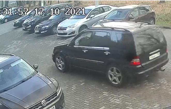 В Твери камеры наблюдения сняли, как пассажир «люксового» Mercedes украл во дворе дома канализационную решетку - новости Афанасий