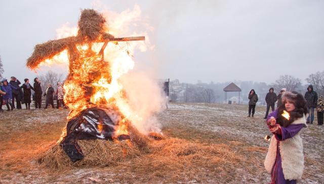 В Торжке Кузьминки отметили сожжением чучела