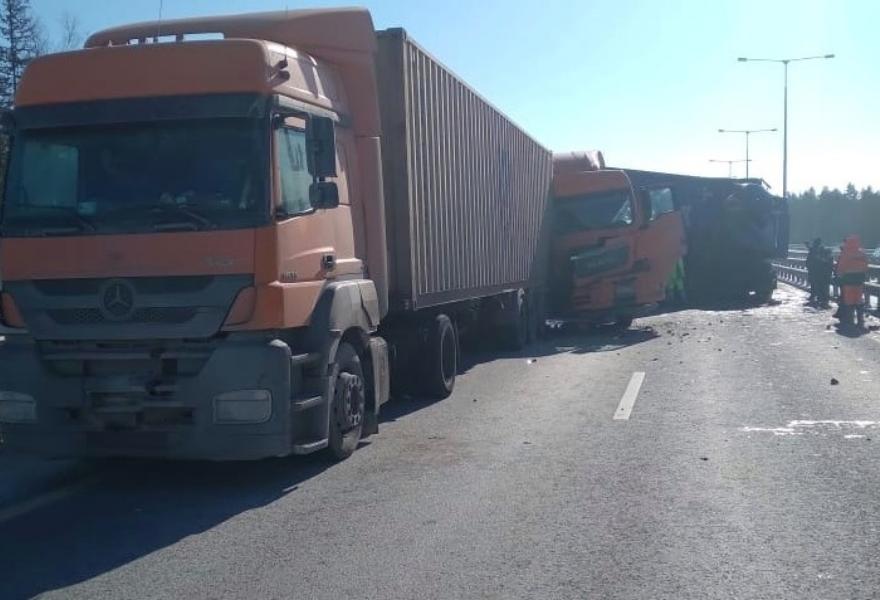Погиб пассажир одного из грузовиков, столкнувшихся на трассе М11 в Тверской области