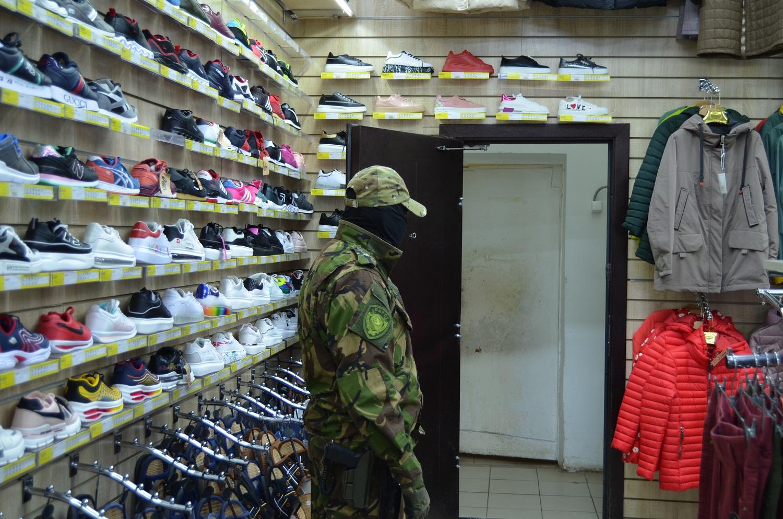 Полиция, спецназ и ФСБ изъяли в торговом центре Твери крупную партию контрафакта - новости Афанасий
