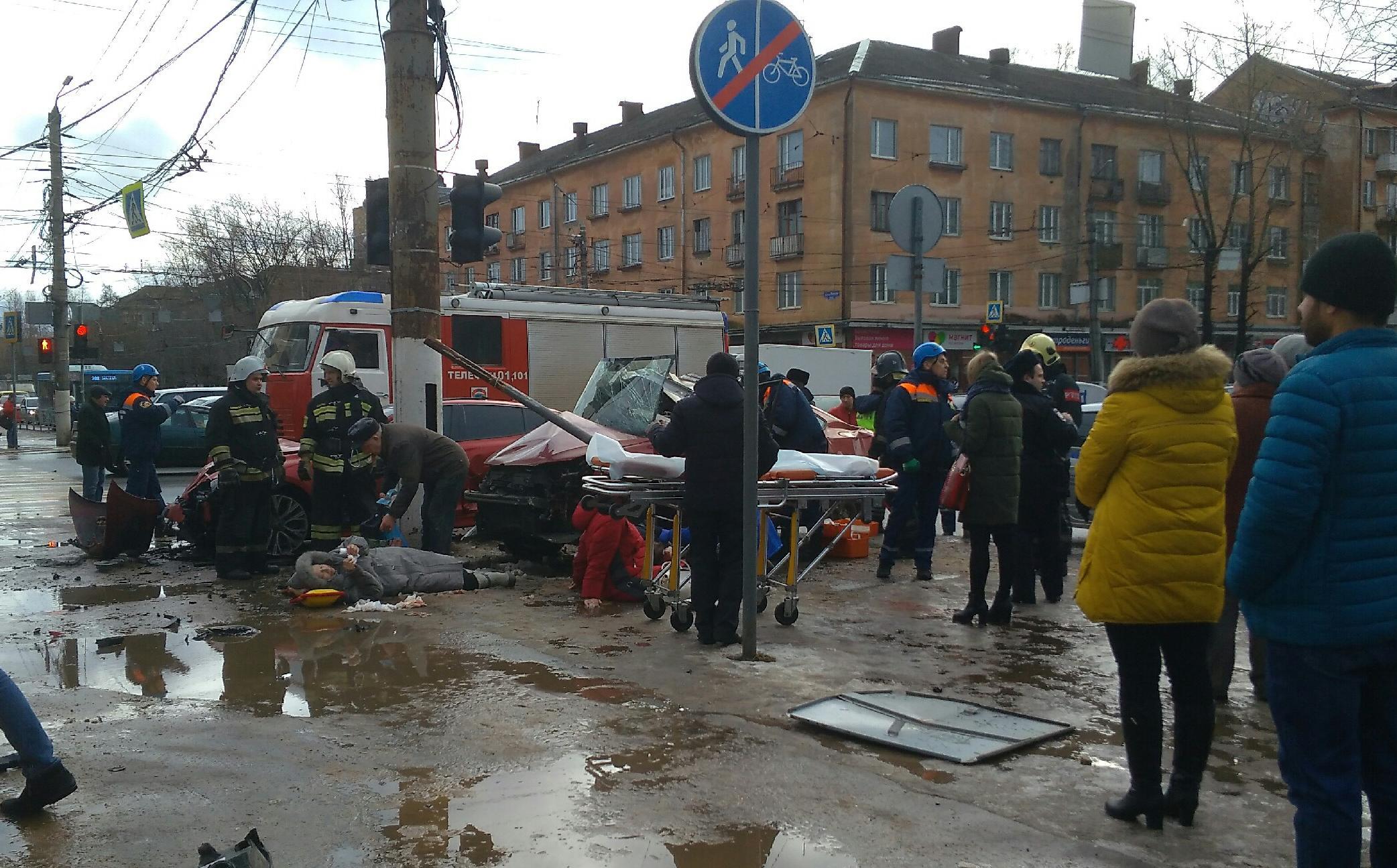 В центре Твери серьезное ДТП: сообщается минимум о троих пострадавших