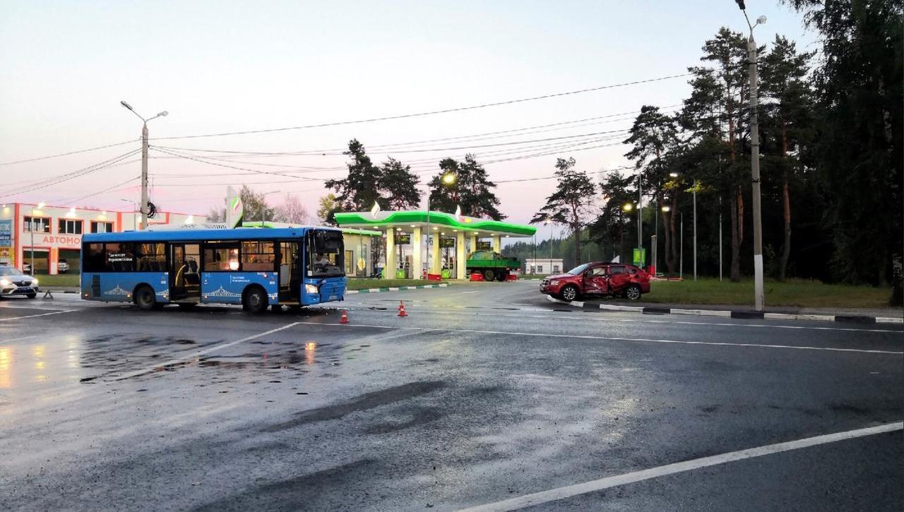 В сети появилось видео столкновения легковушки и автобуса в Твери