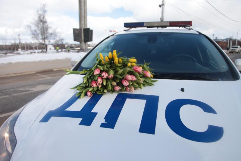 В Твери гаишники поздравляли женщин с 8 марта - новости Афанасий