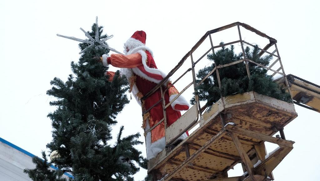 У ДК «40 лет Октября» в Кимрах новогоднюю елку наряжал Дед Мороз