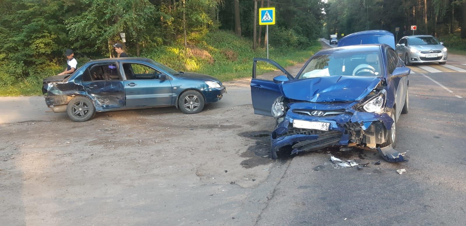 Два автомобиля столкнулись на дороге под Тверью, есть пострадавший