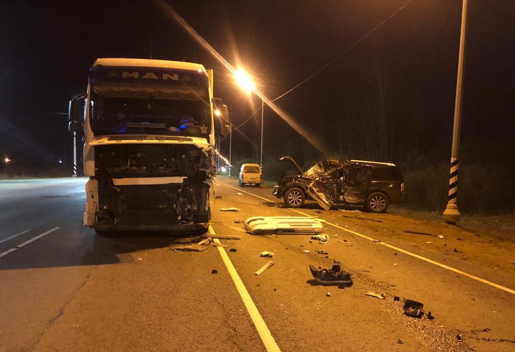 Два человека пострадали в лобовом ДТП с внедорожником и грузовиком на М9 в Тверской области