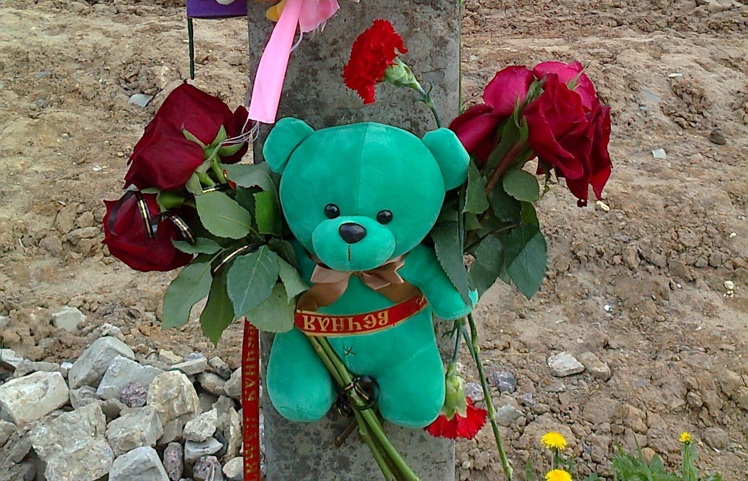 К месту гибели 4-летней жительницы Тверской области люди несут цветы и игрушки
