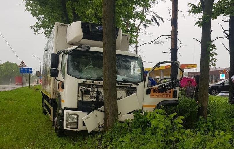 В Тверской области водитель грузовика, которому стало плохо за рулем, попал в ДТП на М10 - новости Афанасий