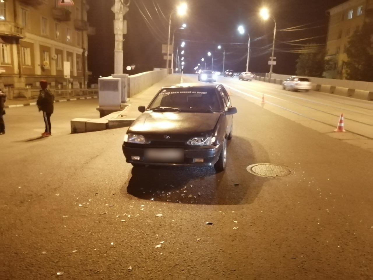 В Твери на спуске с Нового моста Лада протаранила Peugeot