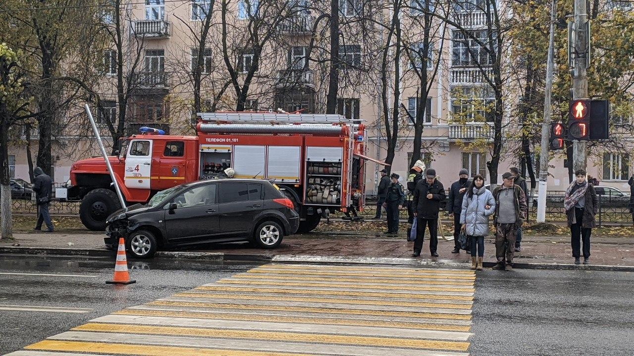 Момент ДТП с автобусом и легковушкой в Твери сняли камеры видеонаблюдения - новости Афанасий
