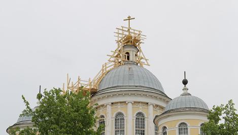Над храмом появился крест