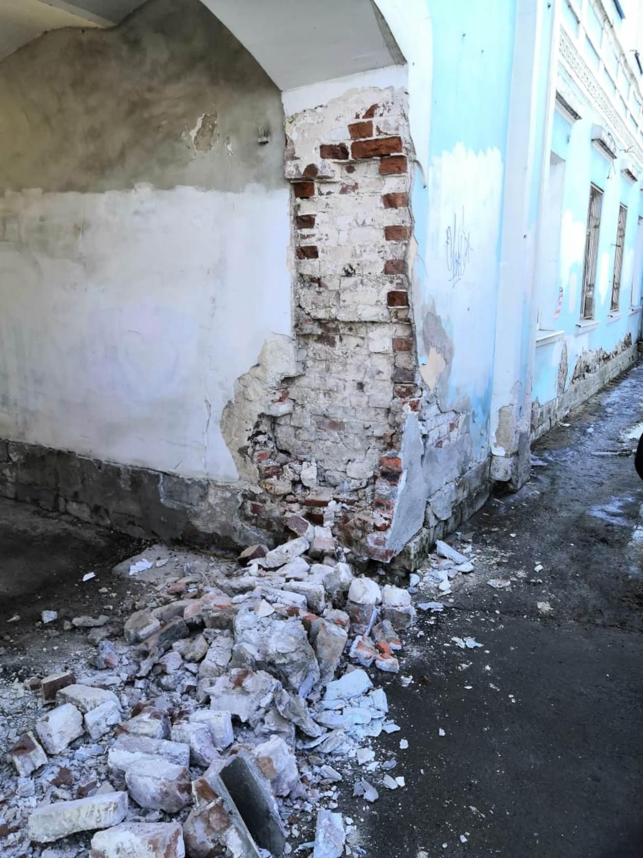 В Твери на набережной Степана Разина обвалилась часть арки — ее восстановят