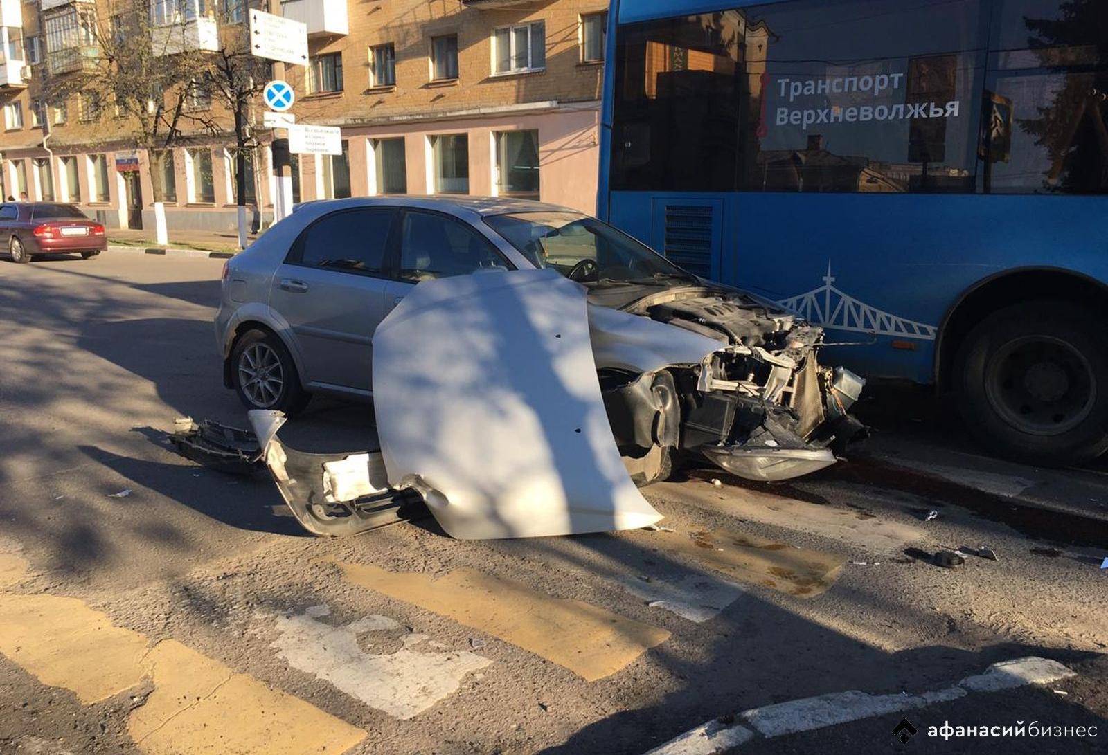 В Твери легковушка протаранила автобус