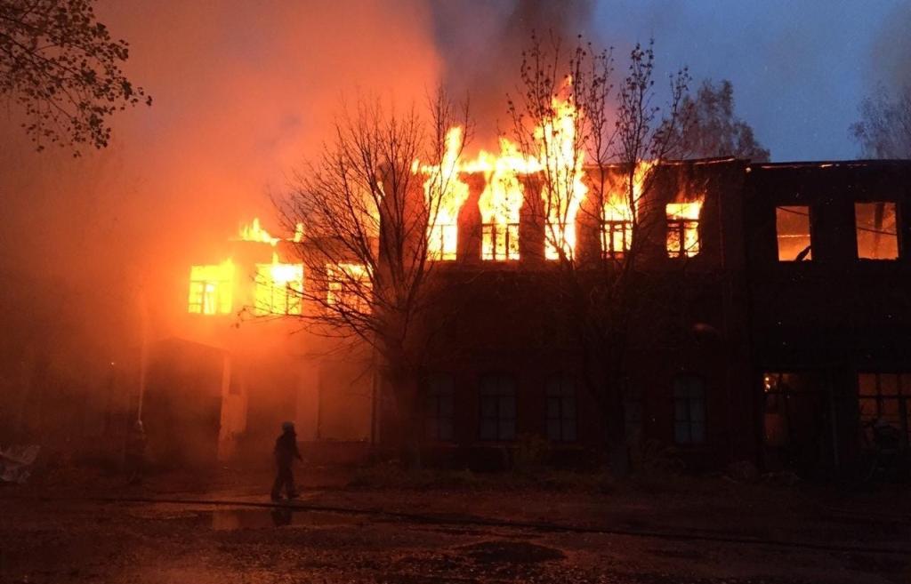 В Твери вновь горит бывшая химбаза  - новости Афанасий