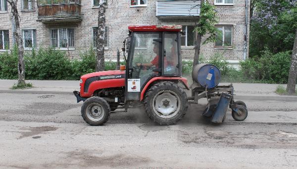 В Твери дороги ремонтируют методом пневмобрызга