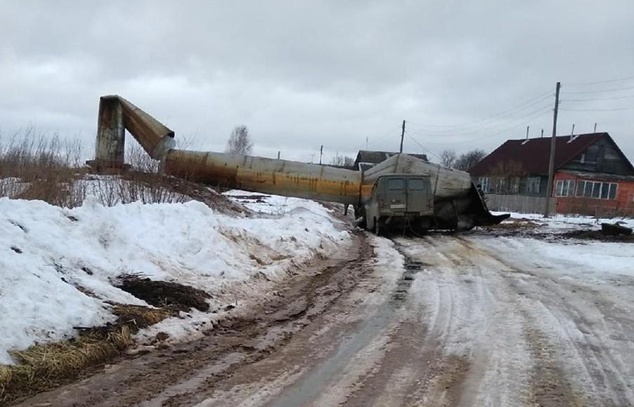 Появилось видео обрушения водонапорной башни в Тверской области, раздавившей «Буханку» - новости Афанасий
