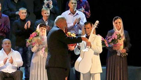 Осужденный из Тверской области, посвятивший песню своей супруге, стал финалистом конкурса «Калина красная» и обладателем белой гитары / фото, видео