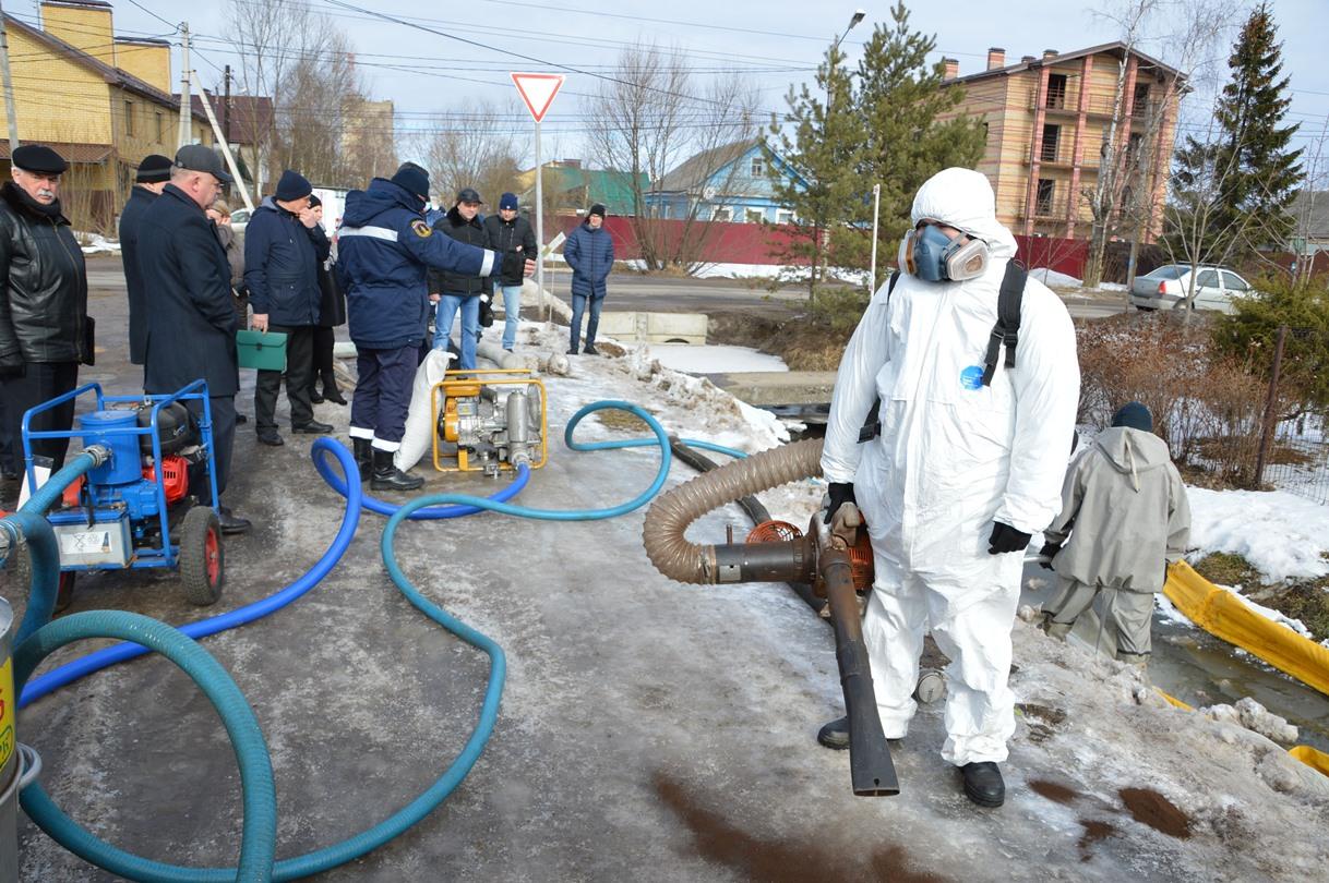 В Твери чистят ливневки перед половодьем