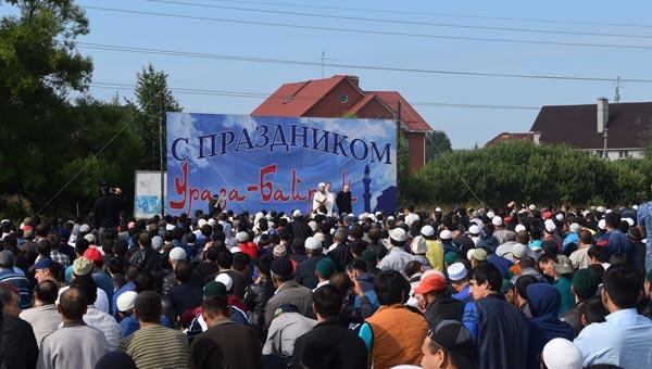 В Твери сотни верующих отмечают священный праздник Ураза-Байрам / фото