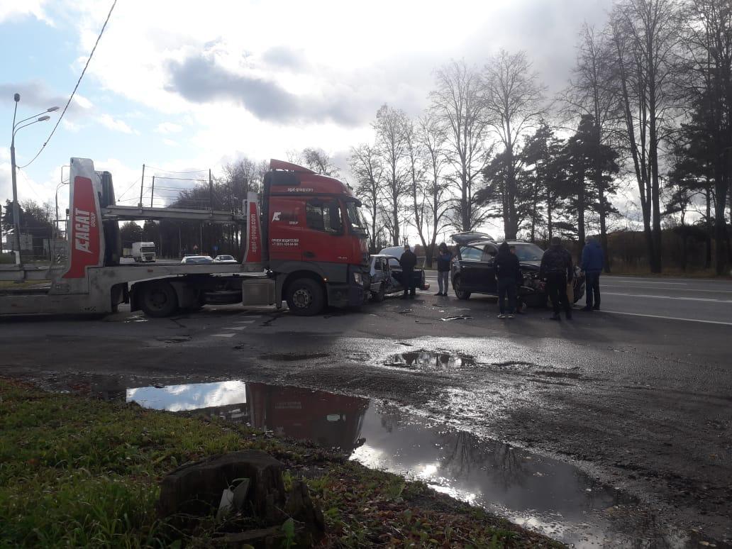 Пожилая женщина пострадала в столкновении двух легковушек и автовоза на трассе М10 в Тверской области - новости Афанасий