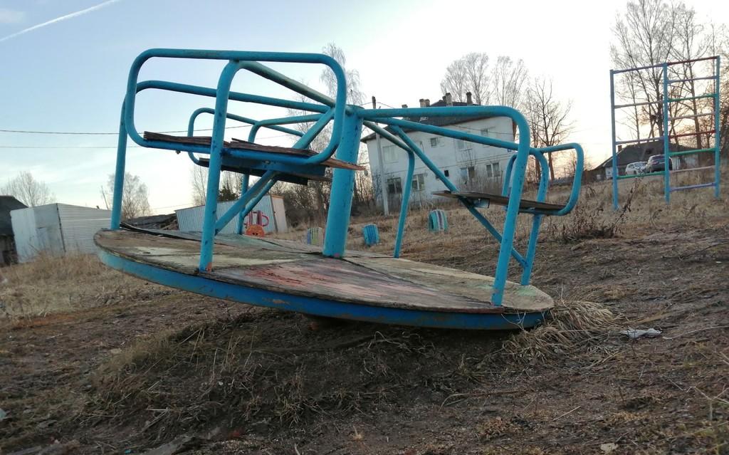 В поселке в Тверской области сгнила детская площадка