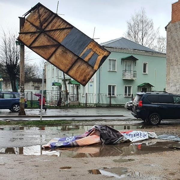 В Кимрах сильным ветром сносило деревья, столбы и рекламные щиты