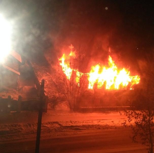 В Кимрах сожгли заброшенное двухэтажное деревянное здание бывшего стационара