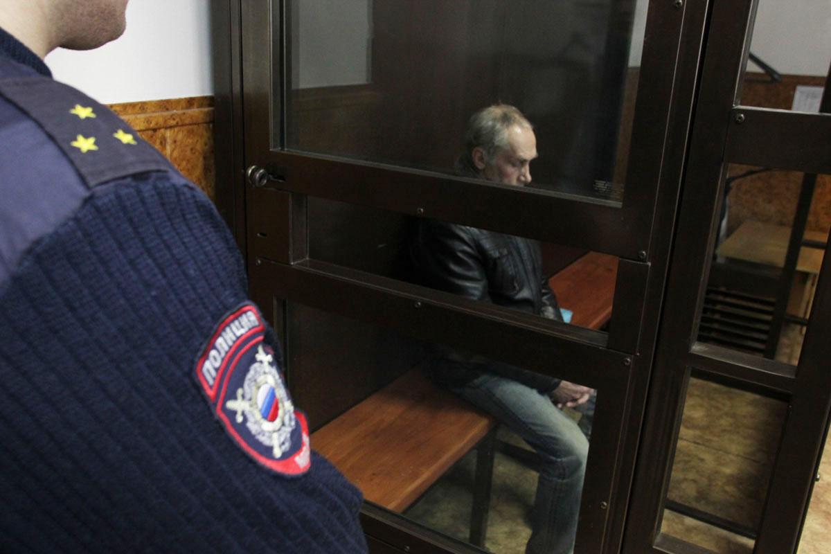Селигерский маньяк в Тверском областном суде буянил в клетке и предлагал снять штаны