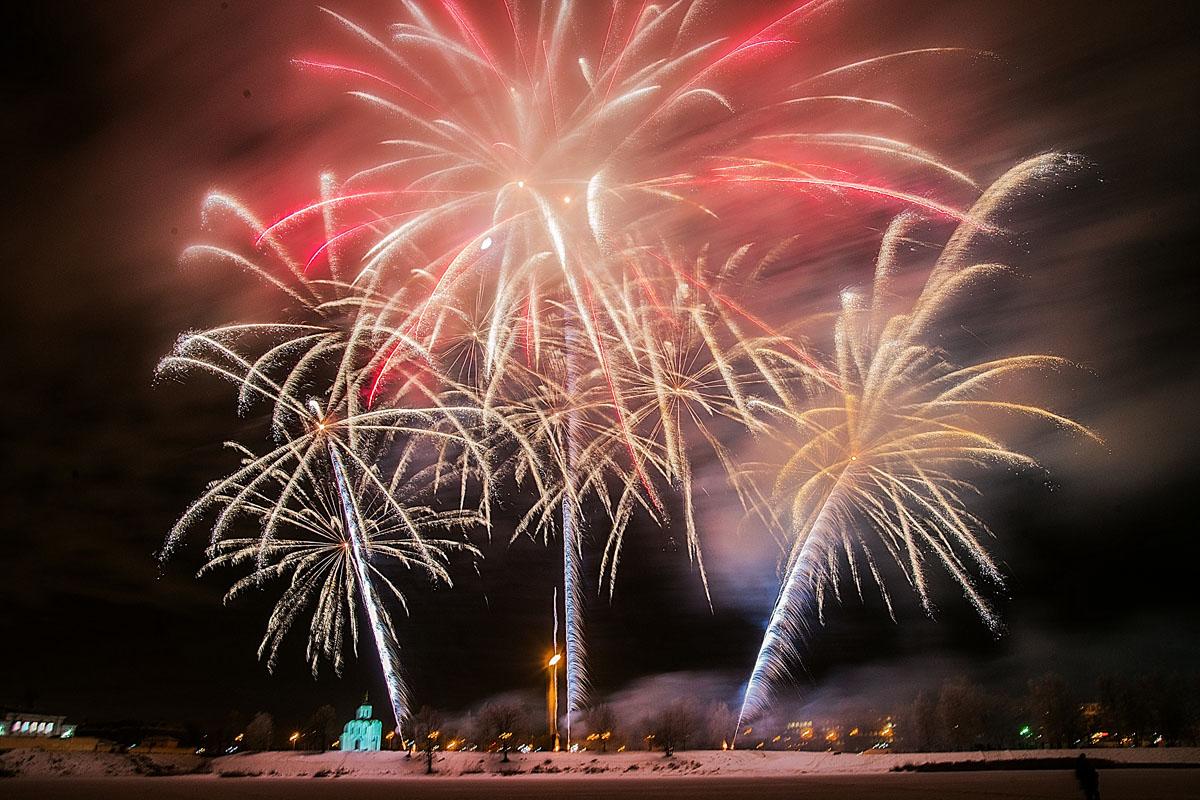 Салютом в красно-зеленых тонах завершилась годовщина Дня освобождения Калинина / фото